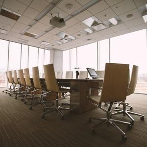 Tavoli e sedie per eventi: perchè scegliere un servizio di noleggio