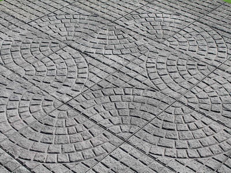 Pavimenti esterni legno e granito per una casa moderna ed - Pavimentazione giardino senza cemento ...